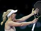 VŽDYŤ TO BYL AUT! Dánská tenistka Caroline Wozniacká v utkání proti Šarapovové...