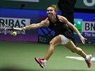 Rumunská tenistka Simona Halepová se natahuje po míčku v utkání Turnaje mistryň...
