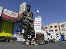 Člen Hútíů na kontrolním stanovišti v Sanaa (15. října 2014).
