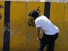 Šíitský protestující sprejuje nápisy na záterasy u ambasády Saúdské Arábie v...