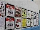 Lidé v Tunisu se dívají na předvolební plakáty (22. října 2014).