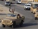 Konvoj iráckých pešmergů odjíždí z Irbílu do syrského Kobani (28. října 2014).