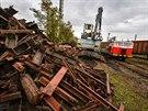 Likvidace vysloužilých železničních vagónů na odstavných kolejích nádraží Velký...