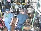 Čtyři muži vyvolali v zastavárně chaos, prodavače připravili o peníze a...