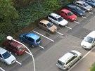 Kvůli zaparkovaným autům nebylo možno na tomto parkovišti na pražském Střížkově...