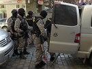 Policisté odvádějí muže, který kradl v domech v Londýnské a Jugoslávské ulici v...