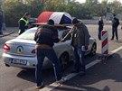 Policie u zajištěného vozu Zdeňka Ponerta po incidentu na pražském Vítkově