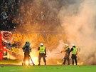 Kvůli výtržnostem fanoušků bylo zhruba na čtyřicet minut přerušeno utkání...