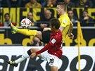 Marco Reus (ve žlutém), záložník Borussie Dortmund, bojuje o míč s Hiroshim...