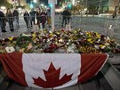 K památníku lidé nosí květiny a svíčky (24. října)