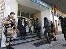 Na průběh voleb dohlíží i členové ukrajinské armády (26. října)
