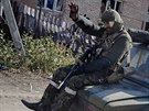 Proruští rebelové jedou na autě poblíž letiště v Doněcku.