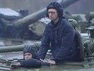 Ukrajinský premiér Arsenij Jaceňuk jede na obrněném transportéru.