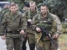 Šéf samozvané doněcké vlády Alexandr Zacharčenko jde na setkání s lidmi v...