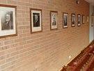 Ve vstupní hale továrny Barker Shoes vzhlížejí na příchozí fotografie rodiny...