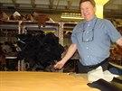 Osmapadesátiletý ševcovský mistr Denis Mallard ukazuje světle hnědou kůži ze...