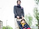 Longboardstroller by mohl váhavé tatínky přesvědčit, že projítžďka v parku může...