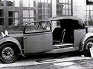 """Jiný vůz Bugatti 46 karosovaný Uhlíkem pro Jiřího Kristiána Lobkowicze, známého automobilového závodníka a aristokrata. Zajímavostí jsou posuvné dveře, které tak byly chráněny proti potlučení při otevírání v úzkých průjezdech zámeckých sídel. Všimněte si také neobvyklých """"motocyklových"""" blatníků."""