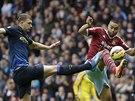 NOHOU NAPŘED. Edin Džeko z Manchesteru City (vlevo) a Winston Reid z West Hamu.