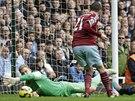 GÓLOVÁ SITUACE. Morgan Amalfitano z West Hamu překonává brankáře Joea Harta z...