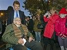 Sir Nicholas Winton na krátké návštěvě centra Prahy, na níže se vydal po...