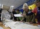 Komise v jedné z volebních místností v ukrajinské metropoli Kyjevě počítá hlasy...