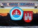 Grafitti s motivem Slovanu Bratislava poblíž stadionu, kde se zápas odehraje.