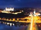 Dunaj, hrad, noc... A pod hradem a nad Dunajem plno přivětivých podniků. Toť...