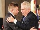 Prezident Miloš Zeman a slovenský premiér Robert Fico při slavnostním předávání...