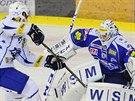 Útočník Jakub Koreis při samostatném úniku zlomil hokejku, ale Kometa měla...