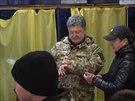 Prezident Porošenko kontroluje průběh voleb. (26. října 2014)
