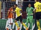 Pierre-Emerick Aubameyang z Dortmundu (třetí zleva) slaví gól do síte Galatasaray během utkání Ligy mistrů.