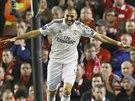 Karim Benzema z Realu Madrid slaví gól v Liverpoolu.