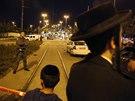 Palestinsk� �idi� najel v Jeruzal�m� mezi cestuj�c� na tramvajov� zast�vce.