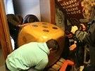 Do pelh�imovského Muzea rekord� a kuriozit se st�hovala ob�í hrací kostka....