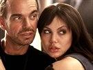Angelina Jolie a Billy Bob Thornton ve filmu Bl�zniv� runway.