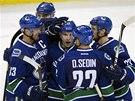 Hokejisté Vancouveru oslavují střelce gólu Radima Vrbatu (uprostřed).