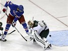 P�EKONAN� G�LMAN. Rick Nash z New York Rangers propas�roval puk mezi betony