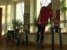 Darek Fidyka se může po přelomové transplantaci opět postavit na nohy