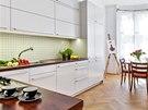 Kuchyňská sestava nábytku je zhotovená na zakázku v jednoduchém designu, který neruší a nechává vyniknout původní historické detaily.
