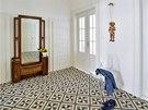 Prostorná hala dostala novou na zakázku zhotovenou dlažbu přivezenou ze Španělska, která na první pohled evokuje atmosféru domů z přelomu 19. a 20. století a skrývá podlahové topení.