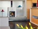 Dominantním prvkem obývacího pokoje se stal krb. Slouží jako doplňkový zdroj tepla k teplovodnímu podlahovému topení.