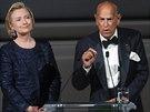Módní návrhář Oscar de la Renta oblékal i první dámu Hillary Clintonovou....