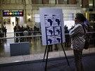 Před nemocnicí Bellevue v New Yorku si žena čte varování před šířením eboly.