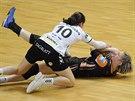 Mostecká házenkářka Kateřina Dvořáková (v černém) bojuje o míč během utkání s...