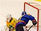 Českobudějovický hokejista Tomáš Nouza (v modrém) neúspěšně útočí na šumperskou...