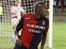 Victor Ibarbo z Cagliari slaví svůj gól proti AC Milán.