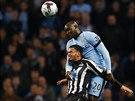 Eliaquim Mangala (nahoře) z Manchesteru City přeskočil Massadia Haidaru z...