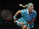Petra Kvitová podává v zápase s Caroline Wozniackou