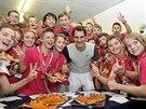 PIZZA NA OSLAVU. Roger Federer odměnil sběrače na turnaji v Basileji po svém...